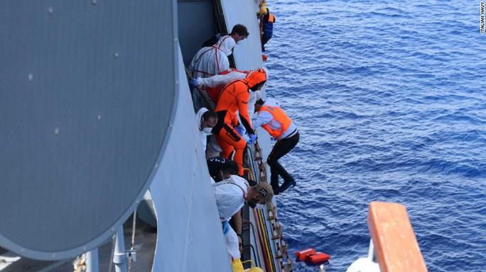 Hàng ngàn người tị nạn phải bỏ mạng trên biển Địa Trung Hải khi cố đến châu Âu. Ảnh: Italian Navy