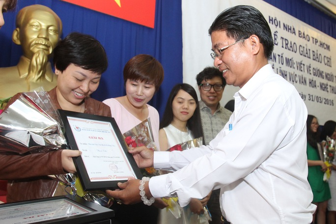 Đại diện Sở Thông tin- Truyền thông TP HCM trao giải ba cho nhóm phóng viên Báo Người Lao Động. Ảnh: Hoàng Triều