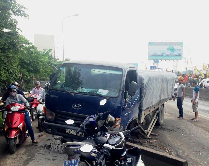Chiếc xe tông vào dải phân cách rồi nằm chắn ngang đường