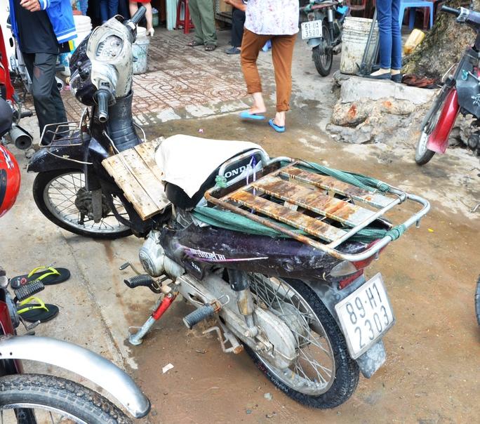Chiếc xe máy mà nam nhân viên chở can axit