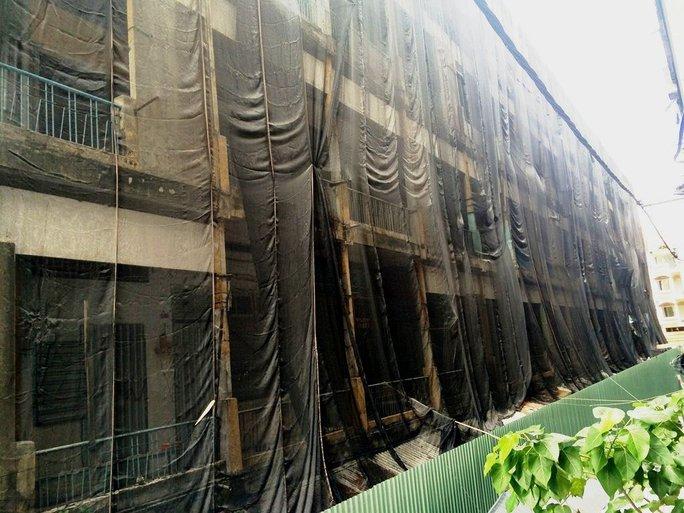Các tầng tại lô D đã được lực lượng chức năng phủ bằng lưới và phía dưới có rào chắn để ngăn vật liệu rơi tràn ra khu vực xung quanh khi tháo dỡ