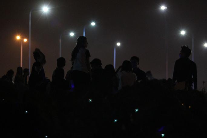 Pháo hoa tầm cao được bắn tại khu vực đầu Đường hầm sông Sài Gòn (hầm Thủ Thiêm, Quận 2) và pháo hoa tầm thấp bắn tại Công viên Văn hóa Đầm Sen (Quận 11) với thời lượng 15 phút. Trong ảnh: Người dân chờ bắn pháo hoa tại khu vực Hầm Thủ Thiêm phía Quận 2