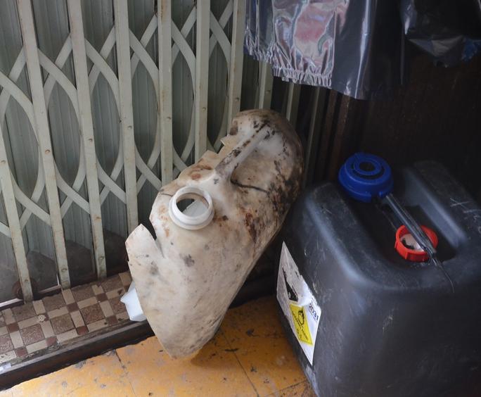 Chiếc can axit loại 10 lit bị vỡ bung