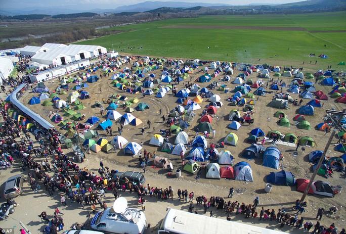 Ban đầu tại đây chỉ có 2 trại tị nạn đầu tiên, nhưng nó nhanh chóng chật cứng nên hàng ngàn lều khác đã được dựng lên gần đó cho người di cư ngày càng dồn về đây nhiều hơn. Hàng trăm người tại đây phải xếp hàng hàng trăm mét, chờ đợi trong tuyệt vọng để nhận thực phẩm do các tổ chức phi chính phủ phân phát. Ảnh: AP