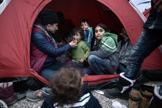 Các bé trong chiếc lều tạm chờ giấy phép vào Macedonia. Ảnh: EPA
