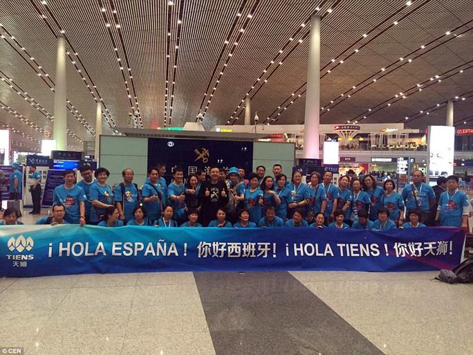Tỉ phú Lý Kim Nguyên lại gây sốc vì đã 2.500 nhân viên đi du lịch Tây Ban Nha. Ảnh: CEN
