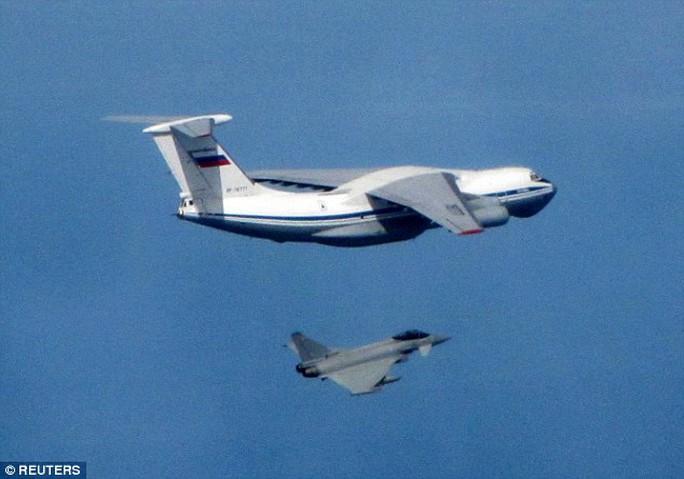 1 chiếc IL76 Candid (trên) của Nga bị chiếc Typhoon (dưới) của Anh chặn khi đang cùng 2 máy bay khác tiếp cận không phận Baltic. Ảnh: Reuters