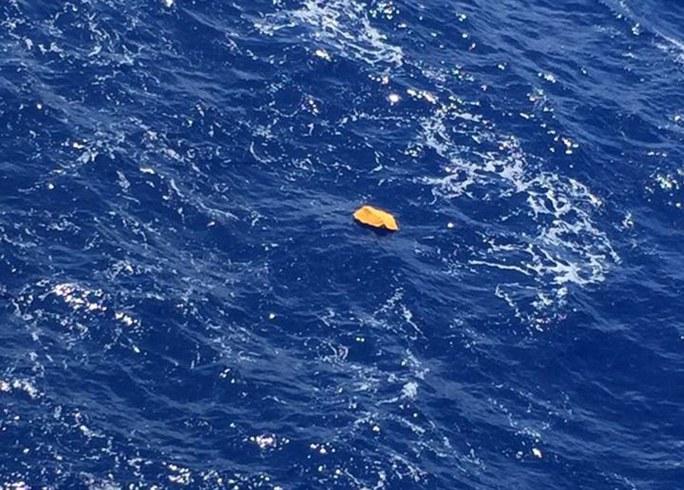 EgyptAir ban đầu nói rằng vật thể trôi nổi trên Địa Trung Hải này là mảnh vỡ MS804. Nhưng sau đó họ lại rút lại công bố này. Ảnh: Daily Mail