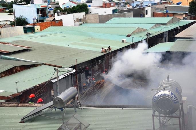 Khói lửa bao trùm tại xưởng gỗ