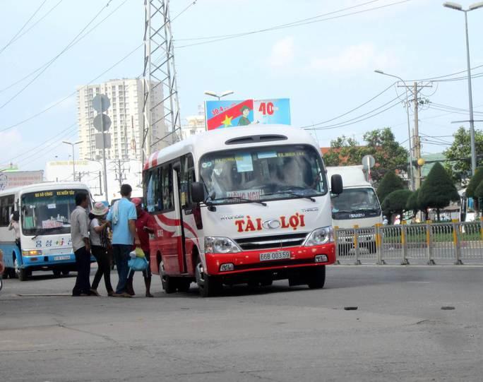 Một chiếc xe bắt khách trái quy định trên đường Kinh Dương Vương, đoạn trước Bến xe Miền Tây, TP HCM