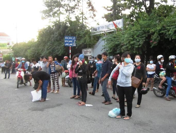 Quốc lộ 1, đoạn gần cầu vượt Sóng Thần, nhiều người rời xe khách và đứng đón xe buýt