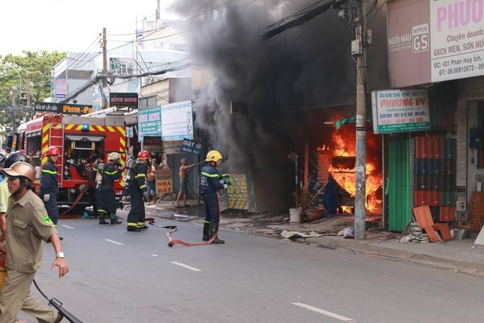 Lực lượng PCCC có mặt tại hiện trường dập lửa