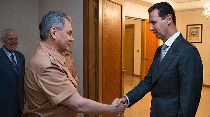 Tổng thống Syria Bashar al-Assad (phải) tiếp Bộ trưởng Quốc phòng Sergey Shoigu. Ảnh: Twitter