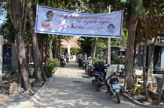Đã thành thông lệ, cứ vào ngày 1-4 hàng năm, hàng trăm người hâm mộ lại cùng nhau tề tựu quanh mộ phần cố nhạc sĩ Trịnh Công Sơn để tưởng nhớ ngày mất của ông.