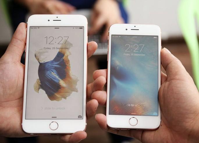 iPhone 6S xịn (bên phải). Ảnh: P.M.