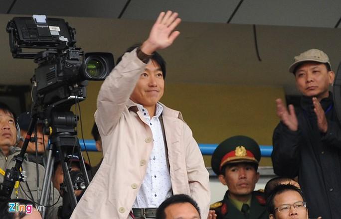 Trong quá trình dự khán V.League 2015, HLV Miura ấn tượng với khán giả và không khí cổ vũ bóng đá tại sân Cẩm Phả.
