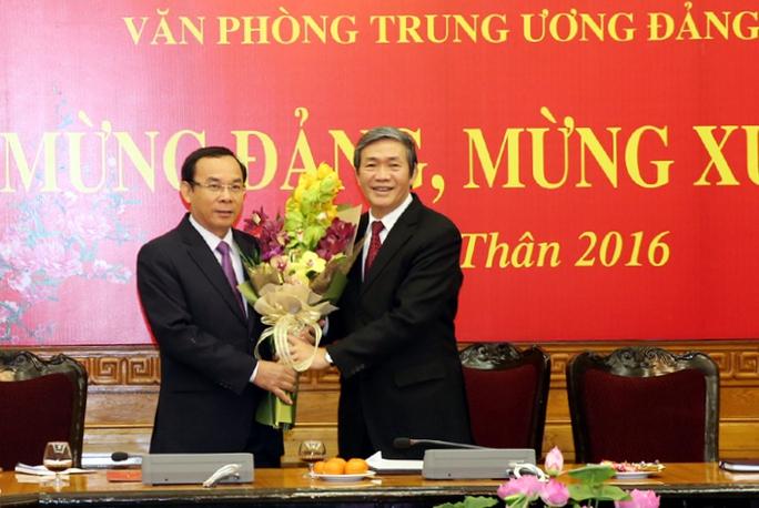 Thường trực Ban Bí thư Đinh Thế Huynh tặng hoa chúc mừng ông Nguyễn Văn Nên đảm nhiệm chức vụ Chánh Văn phòng Trung ương Đảng