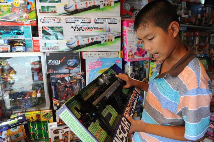 Mặt hàng đồ chơi trẻ em của Trung Quốc chiếm lĩnh thị trường Việt Nam. Trong ảnh: đồ chơi trẻ em bằng vật liệu nhựa xuất xứ Trung Quốc bày bán tại một cửa hàng đồ chơi trên đường Huỳnh Văn Bánh, Q.Phú Nhuận, TP HCM - Ảnh: Tự Trung