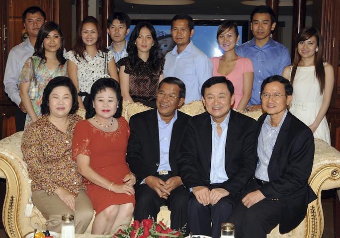 Gia đình Thủ tướng Hun Sen chụp hình cùng hai cựu thủ tướng Thái Lan Thaksin Sinawatra và Somchai Wongsawat (bìa phải, ngồi) vào tháng 11-2009 tại nhà riêng ở thủ đô Phnom Penh. Hàng sau, từ trái sang phải: Hun Manith (con trai) và vợ Dy Chendavy; con gái Hun Maly cùng chồng Sok Puthyvuth; con dâu Pich Chanmony và chồng Hun Manet; con gái đầu Hun Mana cùng chồng Dy Vichea; Chay Lin - con dâu của ông Hun Sen. Ngồi cạnh ông Hun Sen là phu nhân Bun Rany. Ảnh: Reuters