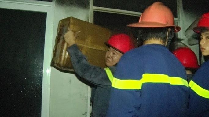 Cảnh sát chữa cháy di chuyển vật dung ra khỏi tòa nhà Ảnh: Cảnh sát PCCC Đà Nẵng