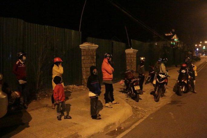 Một nhóm khách với nhiều trẻ em vất vưởng trên phố Đà Lạt lúc 23g đêm 10-2 (mùng 3 Tết)