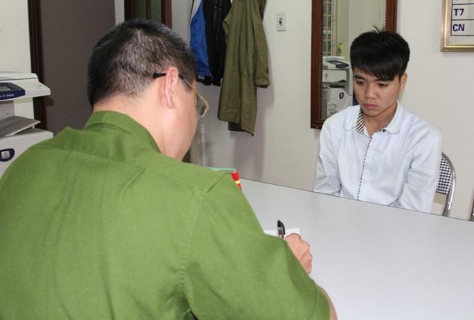 Hà Văn Trưởng ra đầu thú tại cơ quan Cảnh sát điều tra Công an tỉnh.
