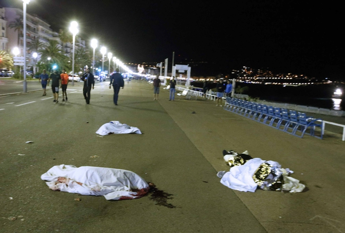 Thi thể nạn nhân nằm la liệt trên đường. Ảnh: Reuters