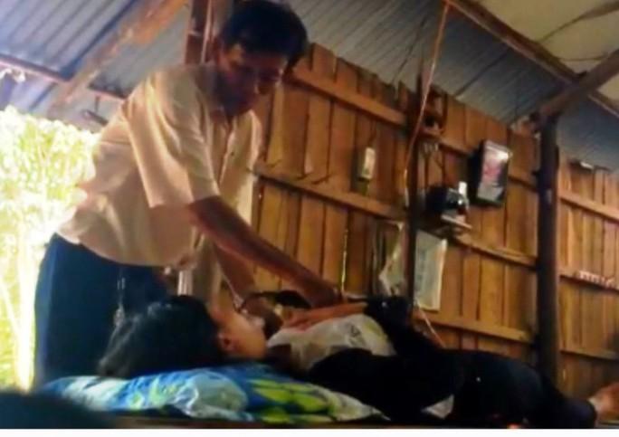 """""""Thầy"""" Bảy Lãm massage trị bệnh (ảnh cắt ra từ clip)."""