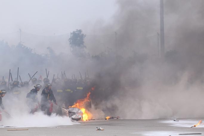 Theo kịch bản, một số phần tử kích động đã lôi kéo nhóm đông tụ tập khiếu kiện về đất đai trước trụ sở UBND TP Hà Nội và đòi yêu sách. Họ dựng lều bạt, đốt lửa chống đối. Hàng trăm người sau đó kéo đến Trung tâm hội nghị quốc gia, ném gạch đá và lửa vào lực lượng chức năng