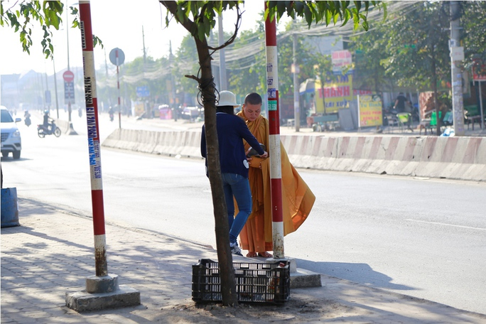 Một sư giả khất thực một đoạn đường vài trăm mét mà có đến hàng chục người cho tiền