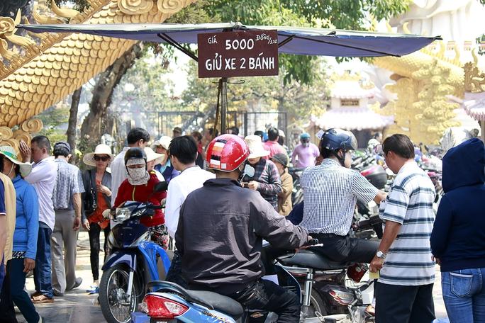 Một bãi giữ xe được lập ra ngay trong chùa với mức giá 5.000 đồng/ lượt