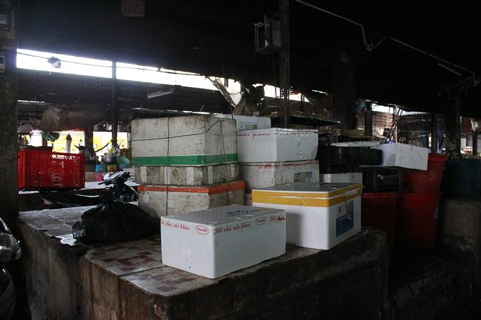 Sạp chợ trở thành nơi chứa hàng