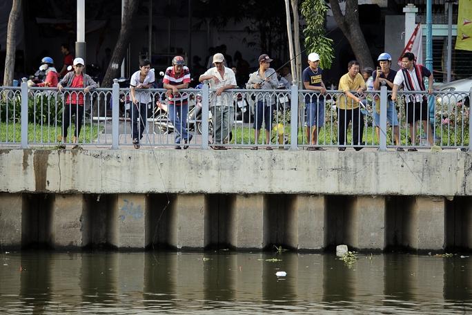 Nhiều nhóm người đánh cá tập trung lại cùng nhau câu cá hai bên bờ kênh Nhiêu lộc - Thị Nghè ở các quận 1, Bình Thạnh, Tân Bình, Phú Nhuận.