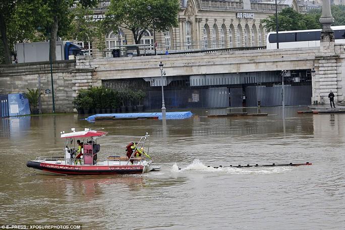 Nước sông Seine ở thủ đô Paris dâng cao đến mức báo động. Ảnh: E-PRESS