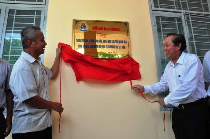 Phó Thủ tướng Trương Hòa Bình cùng ông Đặng Ngọc Tùng, nguyên Chủ tịch Tổng LĐLĐ Việt Nam kéo khăn phủ bảng vàng đơn vị tài trợ.