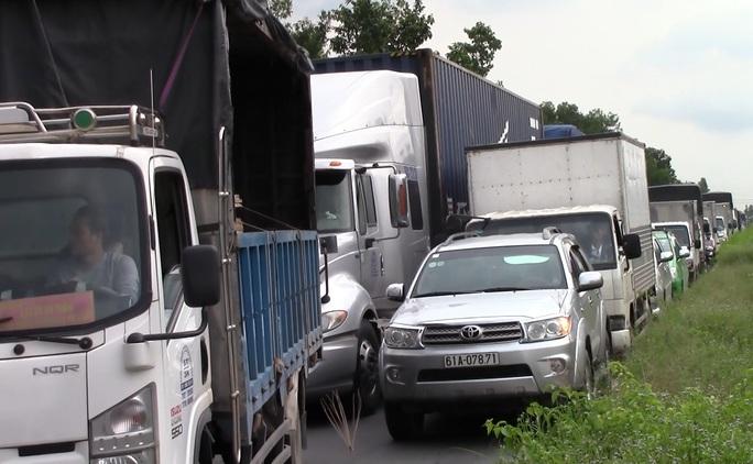 Vụ tai nạn gây ra tình trạng ùn ứ giao thông kéo dài.