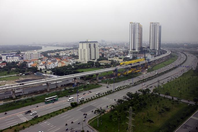 Tuyến metro số 1 đang thu hút được sự quan tâm của người dân sinh sống tại TP HCM. Đây là một trong những dự án quan trọng nhất của thành phố trong những năm gần đây nhằm giải quyết sức ép giao thông, cung như thúc đẩy phát triển kinh tế toàn thành phố.