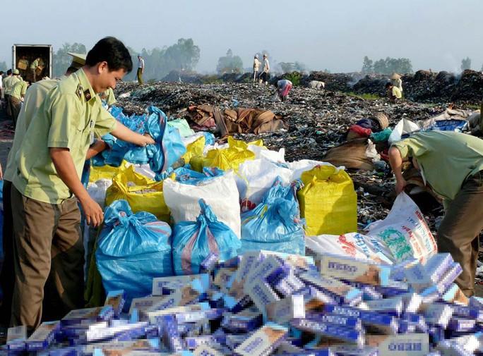 Các lực lượng chức năng tỉnh An Giang tiến hành tiêu hủy thuốc lá lậu Ảnh: THỐT NỐT