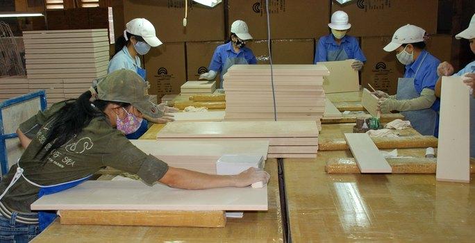 Nhiều doanh nghiệp làm đồ gỗ xuất khẩu bị nợ dây dưa khi làm ăn với Công ty Global Home Ảnh: TẤN THẠNH
