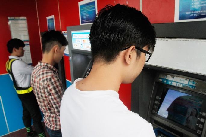 Thẻ ATM chủ yếu được dùng để rút tiền mặt Ảnh: Hoàng Triều