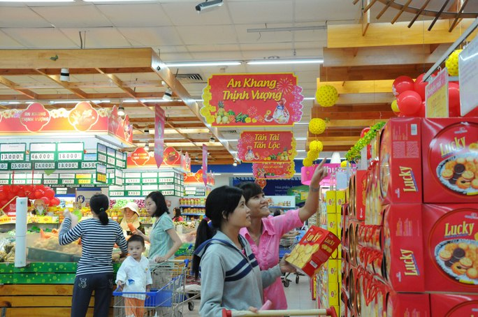 Khách hàng chọn mua bánh Tết tại Co.opmart