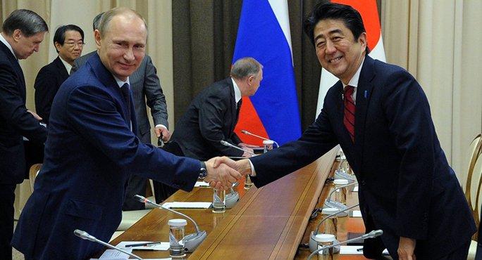 Tổng thống Nga Vladimir Putin (trái) sẽ gặp Thủ tướng Shinzo Abe (phải) vào ngày 6-5. Ảnh: AP