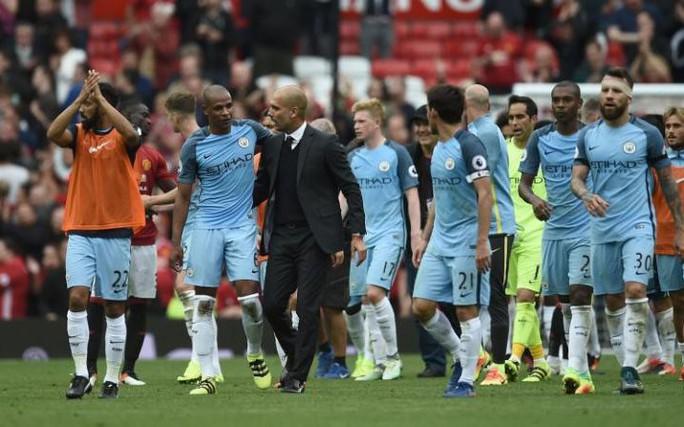 Pep Guardiola chúc mừng các học trò sau trận