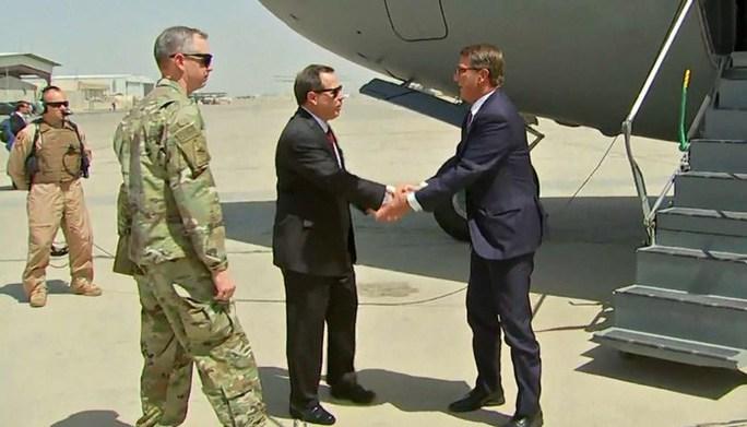 Bộ trưởng Quốc phòng Ash Carter trong chuyến thăm bất ngờ tới Baghdad hôm 11-7. Ảnh: CNN