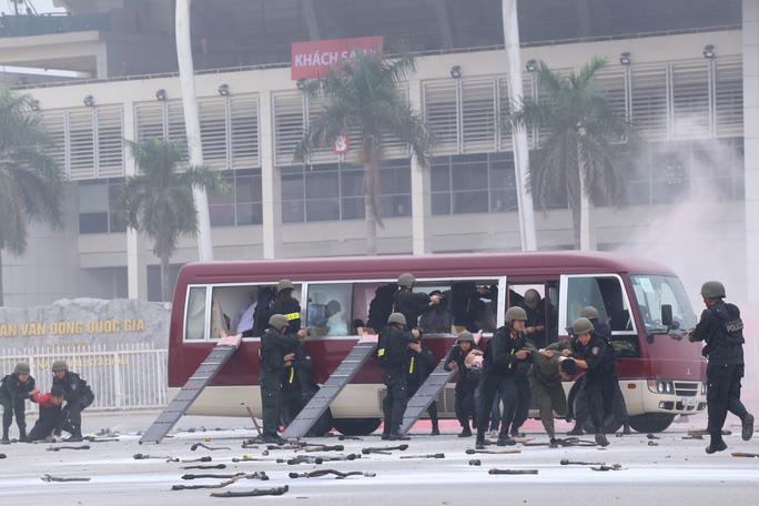Lực lượng cảnh sát chống khủng bố nổ súng uy hiếp, khống chế được toàn bộ nhóm khủng bố, giải cứu con tin. Xe cứu thương có mặt kịp thời để đưa người bị nạn đi cấp cứu