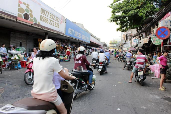 Những con đường dài biến thành chợ tự phát bán buôn tấp nập tràn ra hết một nửa con đường