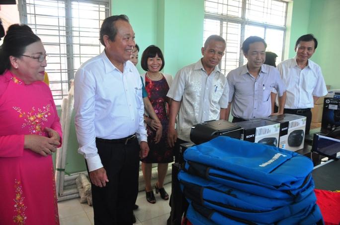 Phó Thủ tướng Trương Hòa Bình kiểm tra các hiện vật được các đơn vị tài trợ trao tặng.