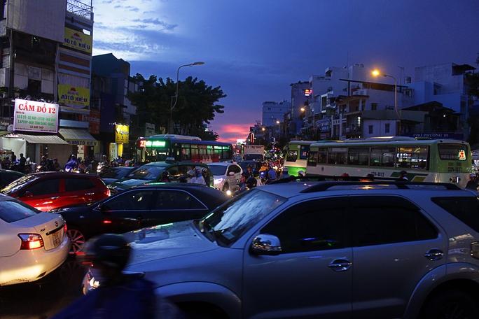 Không khá hơn các khu vực trên, nhiều phương tiện giao thông đổ dồn về bùng binh Ngã 7 (quận 10) khiến nơi này rơi vào tình trạng giao thông hỗn loạn nghiêm trọng. Các phương tiện di chuyển lộn xộn, các tuyến đường nhánh xung quanh cũng tương tự.