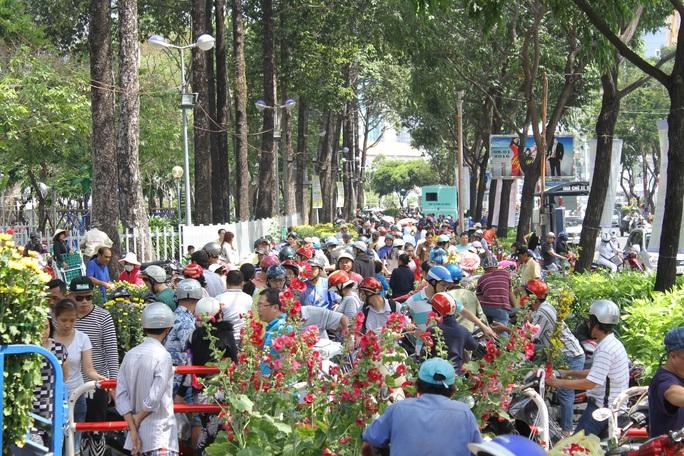 Từ 11 giờ, tiểu thương kinh doanh hoa Tết bắt đầu hạ giá bán Ảnh: Nguyễn Đình