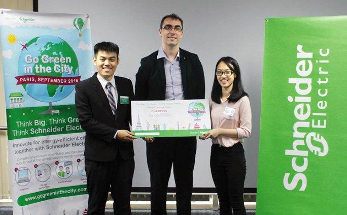 Nguyễn Công Đức và Huỳnh Minh Trang nhận giải vô địch Go Green in the City mùa thứ 6-2016 Ảnh: WEBSITE TRƯỜNG ĐH DUY TÂN